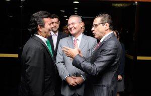 Ministros Luiz Fux (do STF) e Bruno Dantas (do TCU), com o Senador Renan Calheiros e o Deputado Henrique Eduardo Alves, em 26.3.2014